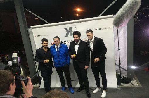 Sven (2. von li.) und Michael Kanz begrüßen die VfB-Profis Matthias Zimmermann (li.) und Daniel Ginczek (re.).     Foto: Oscar Eyb/7Aktuell