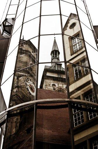 In einer Fassade vis-a-vis spiegeln sich die Türme von Stuttgarts ältestem und größtem Sakralbau, der bStiftskirche/b. Im Juli 2003 wurde das Gotteshaus nach vierjähriger Restaurierung feierlich wiedereröffnet. Der wuchtige Westturm (links im Bild) und der filigranere Südturm (Mitte) ragen hoch über die Dächer der Innenstadt hinaus. Zwar sind die Türme eines der Wahrzeichen Stuttgarts nicht jeder Zeit für Besucher geöffnet, doch am Samstag, dem 13. August von 11 bis 16 Uhr, bietet sich die seltene Gelegenheit, den Westturm zu ersteigen.brbrNur ganze sieben Mal kann man im Jahr 2016 den herrlichen Blick vom Westturm der Stiftskirche hinab auf den Schillerplatz und weit darüber hinaus genießen. Foto: Leserfotograf dr_mitch
