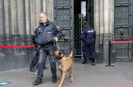 Mann fährt mit Transporter vor Kathedrale – Polizei evakuiert Dom