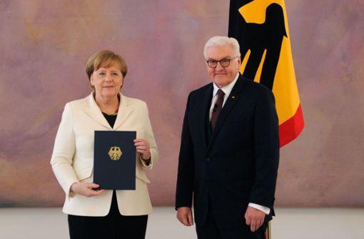 Angela Merkel hat ihre Ernennungsurkunde vo Bundespräsident Steinmeier bekommen. Foto: AFP