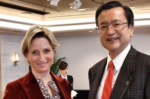 Wirtschaftsministerin Nicole Hoffmeister-Kraut mit dem  neuen Landesvertreter für Japan, Hirohisa Uchida. Foto: 'Wirtschaftsministerium
