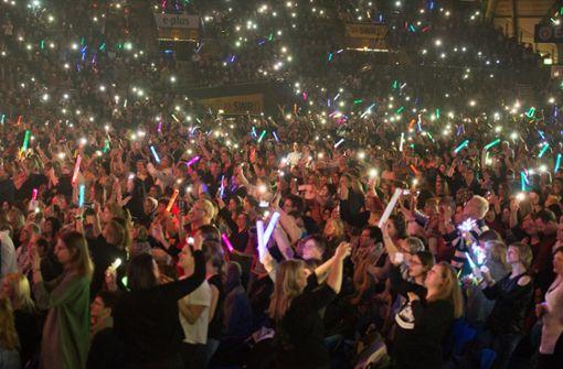 Die Hanns-Martin-Schleyer-Halle in Stuttgart ist voll – die Fans schwenken bunte Leuchtstäbe. Foto: Lichtgut - Oliver Willikonsky