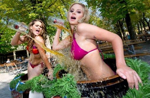Das Playboy Wiesn-Playmate von 2007, Anna Scharl (links) und das Wiesn-Playmate von 2012, Kathrin Göppert.br  Foto: dpa