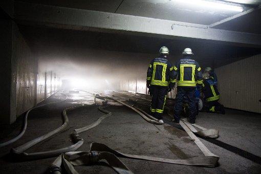 In einer Stuttgarter Tiefgarage ist am frühen Neujahrsmorgen ein Großbrand ausgebrochen. Eine Frau wurde hierbei leicht verletzt. Der Sachschaden wird auf 300.000 Euro geschätzt.  Foto: www.7aktuell.de/Becker
