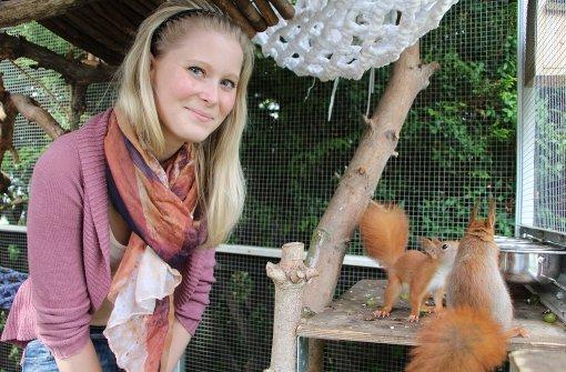 Fabienne Widera päppelt im Hoffeld Eichhörnchen auf. Foto: Eveline Blohmer