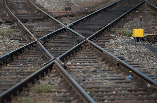 Lastwagen legt Bahnverkehr lahm