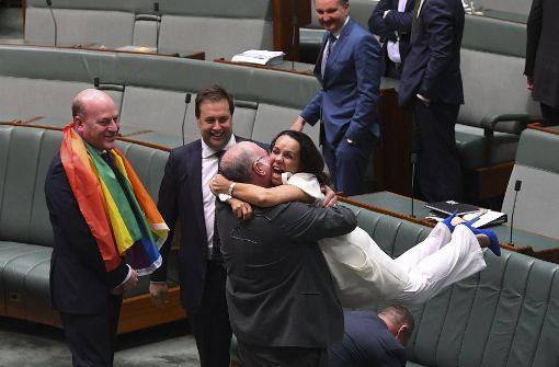 Die Parlamentsmitglieder Warren Entsch (3.v.l) und Linda Burney (rechts) jubelten nach dem Parlamentsbeschluss. Foto: dpa