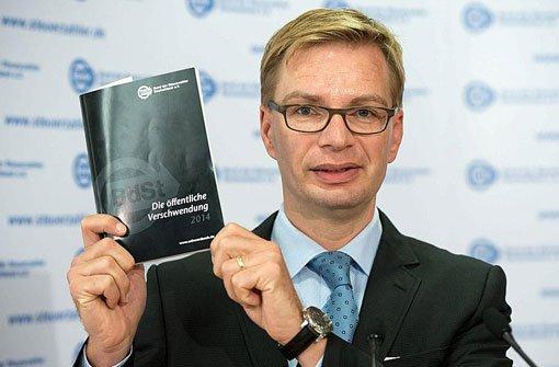 Reiner Holznagel, Präsident des Bundes der Steuerzahler (BdSt), stellt am Dienstag bei einer Pressekonferenz in Berlin die 42. Ausgabe des Schwarzbuchs Die öffentliche Verschwendung vor. Foto: dpa