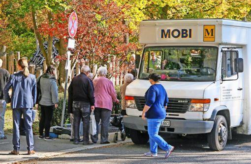 Vor Armin Deisls mobilem Supermarkt steht die Kundschaft Schlange – jedenfalls zum Premierentermin. Zunächst kommt der Bus nur zur Probe. Foto: factum/Granville