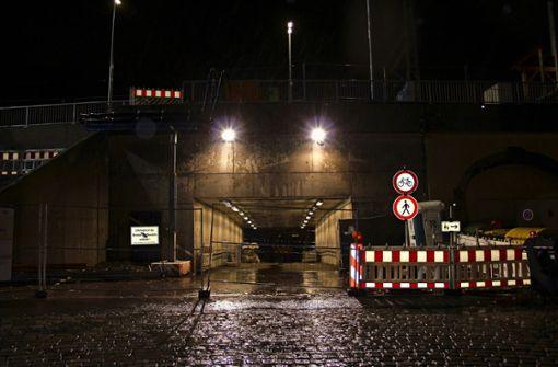 Die  neue Unterführung beim Bahnhof Feuerbach ist derzeit gesperrt. Passanten müssen aktuell  die alte  Passage  nutzen, um  in Richtung  Siemensstraße zu kommen. Foto: Georg Friedel