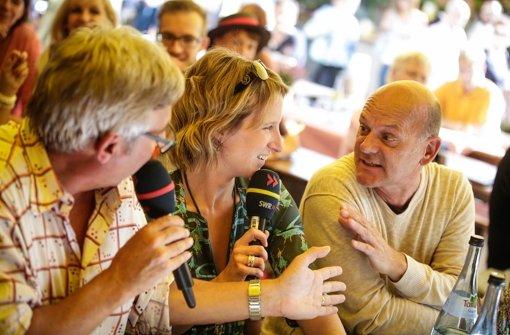 """Der direkte Weg von Hamburg nach Bremen führt über Stuttgart: Schauspieler Ulrich Gebauer (re.) (""""Die Kirche bleibt im Dorf"""") war ein wenig im Stress,  ... Foto: Leif Piechowski"""