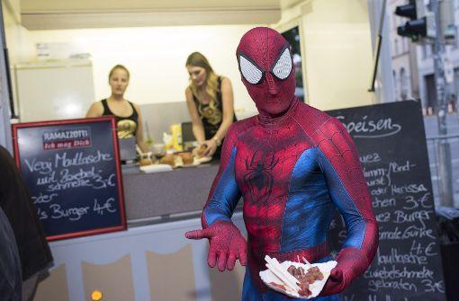 Auch Spiderman lässt sich die Köstlichkeiten auf dem Fest schmecken.  Foto: 7aktuell.de/Oskar Eyb