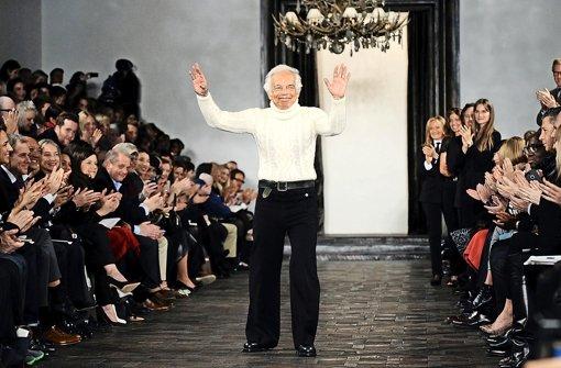 Umjubelter Auftritt bei der Fashion Week 2013 in New York: Ralph Lauren nimmt nach seiner Modenschau den Applaus des Publikums entgegen Foto: