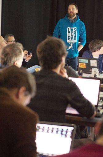Jan Lutz leitet das OK Lab. Die Gruppe hat günstige Feinstaubsensoren entwickelt, die allein in der Region Stuttgart hundertfach die Luftqualität messen. Foto: Lichtgut - Oliver Willikonsky
