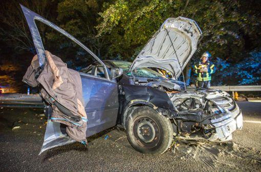 Junger Opel-Fahrer fliegt von der Straße