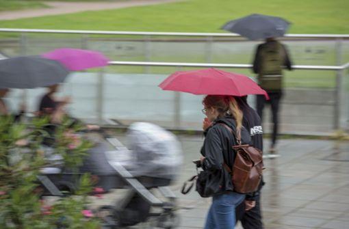Der Schirm sollte am Wochenende unbedingt im Handgepäck bereit liegen. Foto: Lichtgut/Leif Piechowski