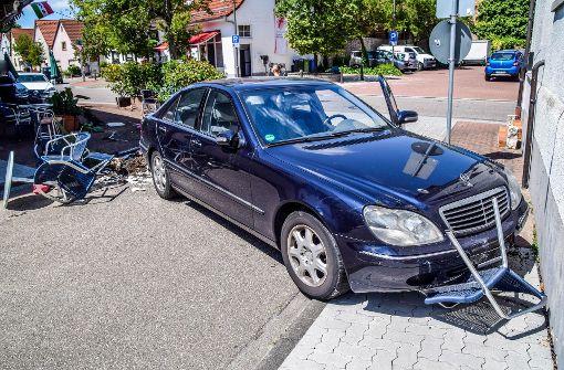 Fahrer kollabiert, Mercedes rast in Eiscafé