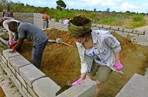 Stuttgarter Studentinnen helfen Schülern in Tansania