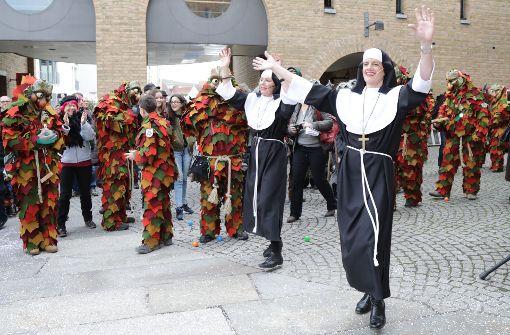 Nonnen-Duo verteidigt sich mit Tanzeinlagen und Spielchen