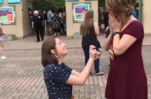 Frauen überraschen sich gegenseitig mit Heiratsantrag