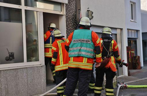 Die Männer der Feuerwehr haben sich Zutritt zu der Gaststätte verschafft. Foto: SDMG