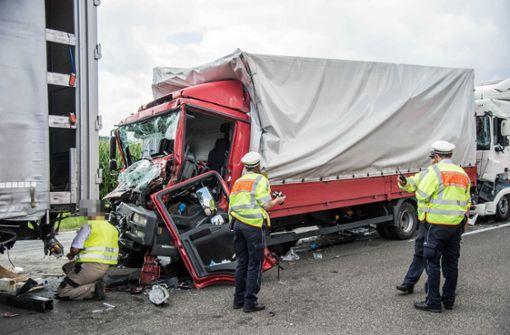 Die Fahrerkabine des mittleren Lastwagens wurde regelrecht zertrümmert. Foto: SDMG