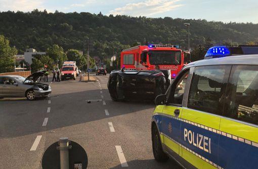 Eines der beiden Fahrzeuge ist durch die Wucht des Aufpralls auf die Seite gekippt. Foto: 7aktuell.de/Alexander Hald