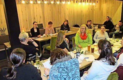 Im  Krönle gründen Caroline Bechtold, Julia Bestle (Dritte und Vierte von links) und  Mitstreiter  den Kita-Verein. Foto: Malte Klein