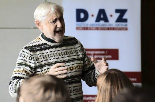 Paul von Blum begeistert die Schüler mit seinen Geschichten. Foto: Ralf Recklies