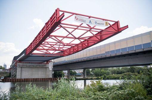 Tonnenschweres Teil von neuer Autobahnbrücke über Neckar gezogen
