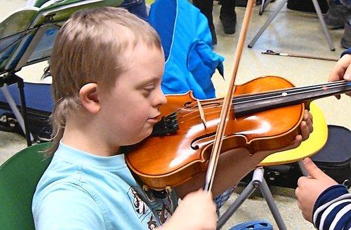 Henri erkundet bei einem Besuch im Gymnasium die Streicherklasse. Foto: StN