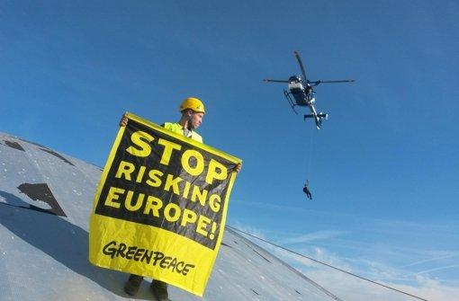 Ein Greenpeace-Aktivist protestiert auf dem Atomkraftwerk Fessenheim in Frankreich - in Belgien könnten viele im Winter – zumindest stundenweise – ohne Strom dastehen.  Foto: Greenpeace