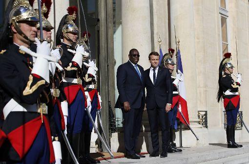 Der französische Präsident, Emmanuel Macron, hier vor dem Elysee-Palast in Paris mit dem Präsidenten aus dem Senegal, Macky Sall, kann sich über eine Mehrheit seiner Partei freuen. Foto: AP