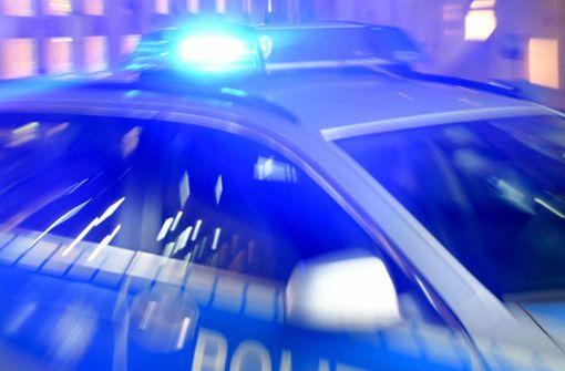 Autofahrer geht auf Passanten und Polizisten los