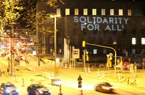 "Am Hauptbahnhof projizierte die Gruppe der Aktivisten Solgans wie ""Solidarity for all"" an den Hauptbahnhof. Foto: Sven Ullenbruch"