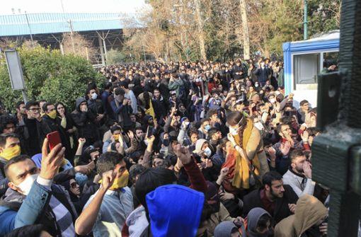 Zahlreiche Iraner gehen auf die Straße und protestieren gegen hohe Preise für Grundnahrungsmittel. Foto: AP
