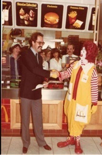 """Hier ein Bild von Fehr (links) bei der Eröffnung am 29. Juni 1979. Damit die Leute auch wissen, was es in dem Laden gibt, stand über dem Eingang """"Hamburger Restaurant"""". Viele Leute hätten deswegen gedacht, es gäbe hier Matjes-Filates und ähnliche Spezialitäten aus dem Norden, erzählt Fehr. Foto:  Eduard Fehr"""