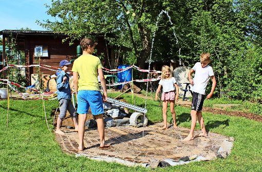 Jung und Alt gestalten Spielplatz des Agenda-Gartens