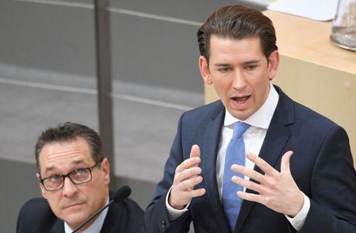 Der Kanzler hat das Wort: Vizekanzler Heinz Christian Strache (FPÖ) (links) beobachtet den österreichischen Bundeskanzler Sebastian Kurz (ÖVP) bei einer Rede im Nationalrat. Foto: APA