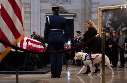 ... half ihm, Türen zu öffnen oder hob heruntergefallene Dinge für den früheren US-Präsidenten auf. Foto: AFP