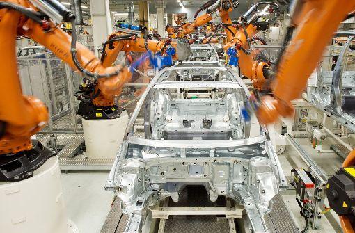 Roboter des Augsburger Herstellers Kuka werden in der Automobilindustrie eingesetzt. Die Übernahme des Unternehmens durch die Chinesen hat die Bundesregierung alarmiert. Foto: dpa