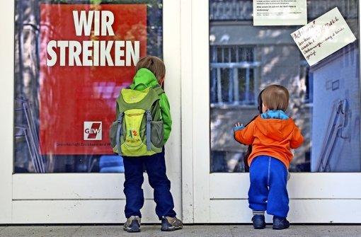 Mehrfach standen Kinder und Eltern während des Streiks vor verschlossenen Türen. Foto: dpa