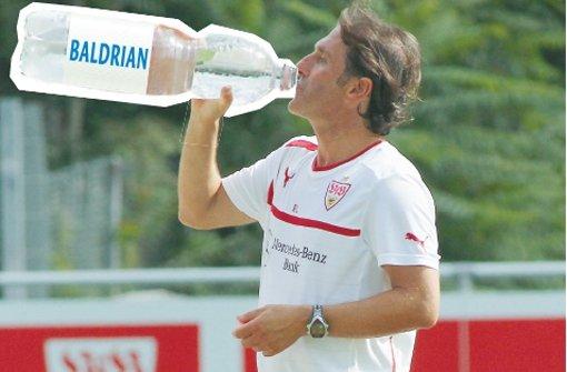 """bEin Runterschlucker für Labbadia/bbr Manchmal staut sich richtig Ärger auf. Vor allem, wenn man Trainer beim VfB Stuttgart ist. Irgendwann explodiert alles, auch Bruno Labbadia. Unvergessen seine Wutrede im Oktober, als er bei der Auswechslung eines jungen Spielers im Heimspiel gegen Leverkusen ausgepfiffen wurde. Er sagte ganz klar: """"Trainer sind nicht die Mülleimer von allen Menschen hier!"""" Und: """"Mich wundert's nicht, dass es hier alle paar Monate einen neuen Trainer gibt!"""" Und """"Da ist eine totale Grenze erreicht!"""" Und: """"Das Fass ist absolut voll!"""" Und: """"Am Arsch geleckt!"""" Dabei wissen wir doch: Besser wär's, man würde manches lieber runterschlucken. Damit es nicht aus einem raussprudelt. Zum Nikolaus schenken wir ein Anti-Brodel-Wutausbruch-Behältnis – billig in der Anschaffung, erfrischend in der Wirkung. Nachfüllbar in allen Geschmacksrichtungen – auch Baldrian. Foto: StN"""