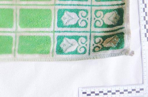 Der tote Säugling war in dieses Handtuch... Foto: Polizeipräsidium Mannheim
