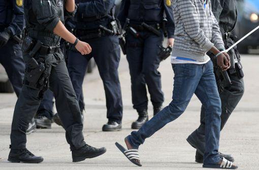 Demonstranten blockieren Polizei wegen Abschiebung