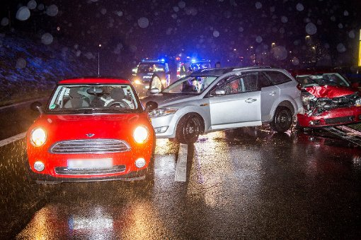 Zu einem schweren Unfall wegen Blitzeis ist es am frühen Samstagmorgen auf der B10 bei Esslingen gekommen. Foto: www.7aktuell.de | Simon Adomat