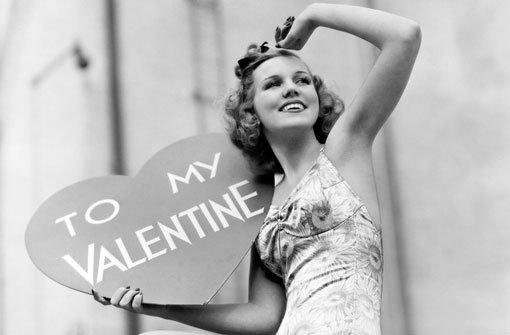 Mehr als Herzen, Küsse und Blumen: Machen Sie unser Quiz rund um Valentin und Co. Foto: Shutterstock/Everett Collection