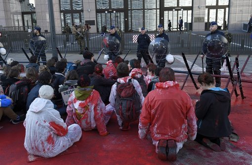 Blutroter Protest gegen Ceta