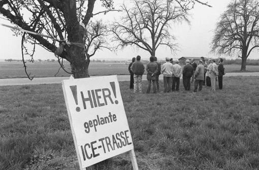 Im bApril 1996/b protestierte die Bürgerinitiative Plieningen 21 nicht etwa gegen den seit 1994 geplanten Tiefbahnhof, sondern gegen die Neubaustrecke Stuttgart-Ulm. Das Ziel des Protests? Ein Tunnel vom Hauptbahnhof zum Flughafen statt eine Schneise durch wertvolle Landschaft. Dieses Ziel haben die Demonstranten erreicht.   Foto: Kraufmann