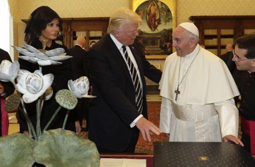 Zu den schwierigen Augenblicken für Franziskus in diesem Jahr zählte auch dieser: US-Präsident Donald Trump und seine Frau Melania tauschen im Mai während einer Privat-Audienz im Vatikan Geschenke aus. Foto: AP Pool